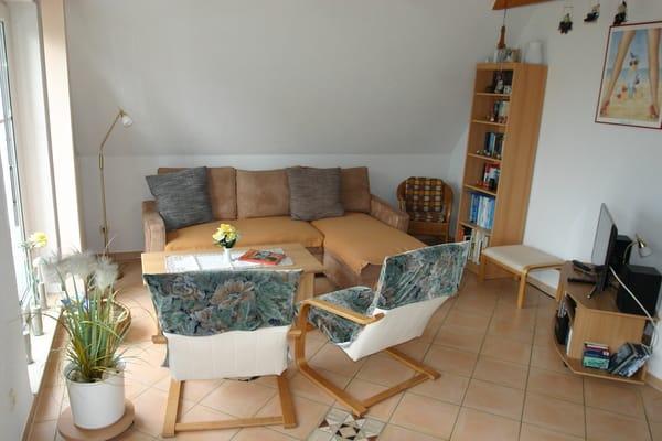 Fernseh- und Leseecke im Wohnzimmer, WLan. An der Balkontür ist eine Fliegengitter-Schiebetür vorhanden