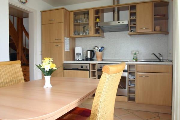 Küche mit großem Essbereich, Geschirrspüler, Backofen mit Cerankochfeld, Kühlschrank, extra Gefrierfach, Geschirrschrank mit umfangreicher Ausstattung
