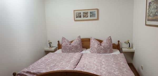 kleines Schlafzimmer mit Dachfenster