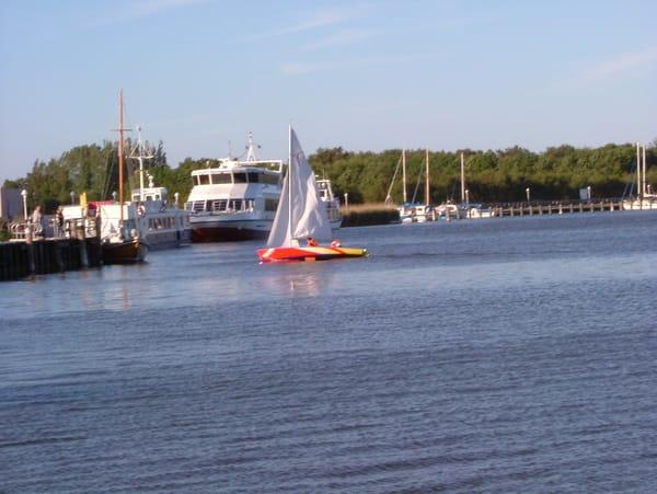 Der Hafen -Abfahrt der Fähre zur Insel Hiddensee und der Boddenrundfahrten