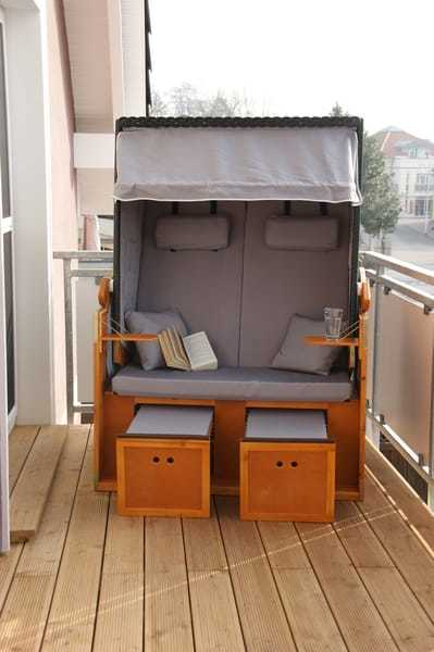 Balkon mit Sitzmöbeln und Strandkorb