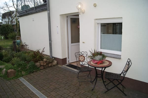 Eingangsbereich mit Sitzplatz und Blick in den Garten