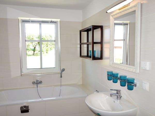 Badezimmer Obergeschoss mit Wanne und Dusche