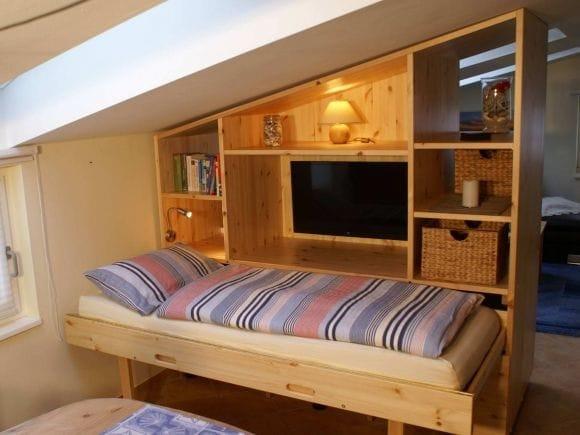 Raumteiler mit ausziehbaren Bett