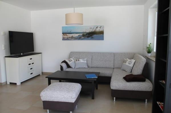Wohnbereich mit Couch - Sessel und TV