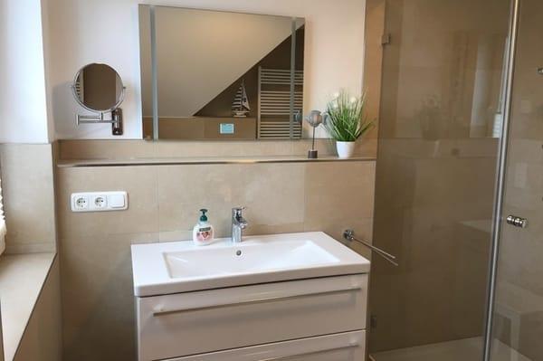 Waschtisch im Bad OG mit Kosmetikspiegel