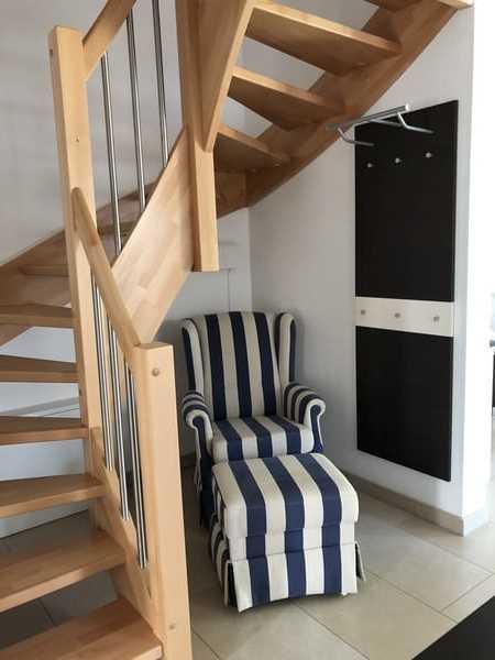Treppenaufgang/ Garderobe mit Sessel