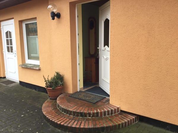 Separate Eingangstür zur Ferienwohnung im Hof