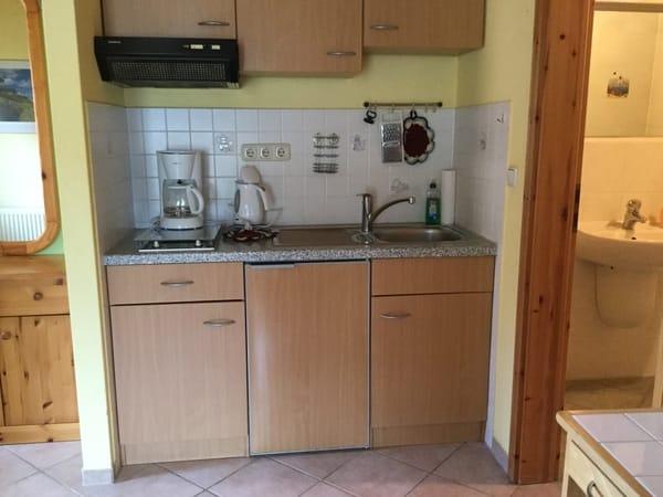Küchenzeile mit Kühlschrank, Kochfeld, Wasserkochen, Toaster, Kaffeemaschine und viele wichtige Utensilien