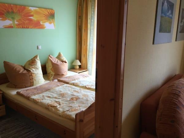 Schlafzimmer mit einem Doppelbett und großem Kleiderschrank