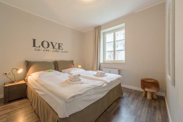 Ein separates Schlafzimmer mit Boxspringbett sorgt für erholsamen Schlaf.