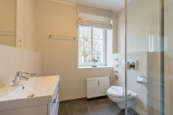 Das Bad wurde 2014 rundum erneuert und eine großzügige, bodentiefe Dusche eingebaut.