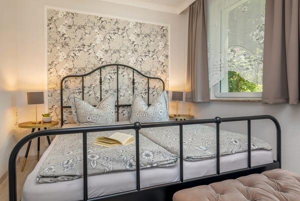 Das Schlafzimmer mit Doppelbett (1,60 x 2m) ...