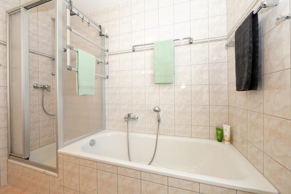 Bad mit Dusche & Badewanne