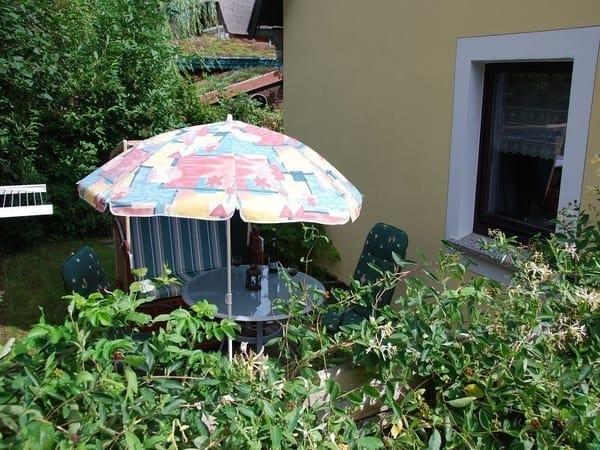Zweite Terrasse mit Strandkorb und Gartenmöbel, eingezäunt!