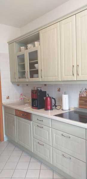 Küchenzeile mit Cerankochfeld, Geschirrspüler, Kaffeemaschine, Wasserkocher uvm.