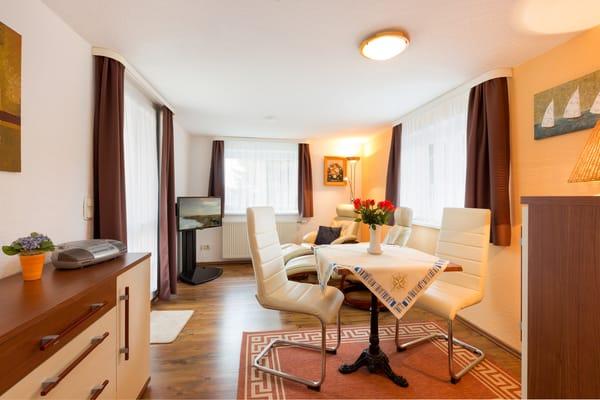 Herzlich willkommen im Urlaub! Ein Wohnzimmer mit Flat-TV und bequemen Relaxsesseln erwartet Sie.