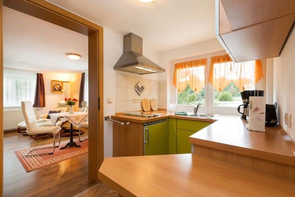 Blick von der Küche ins Wohnzimmer.