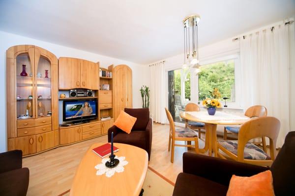 Das Wohnzimmer mit TV, DVD-Player, Radio, komfortablem Eßbereich und Austritt zum Balkon.