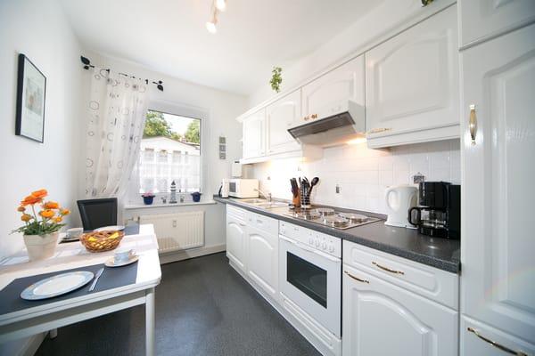 Die separate Küche verfügt über 4-Platten-Herd, Backofen, Mikrowelle, Geschirrspüler, Kühlschrank mit Gefrierfach, Kaffeemaschine, Wasserkocher, Toaster, Mixer etc.