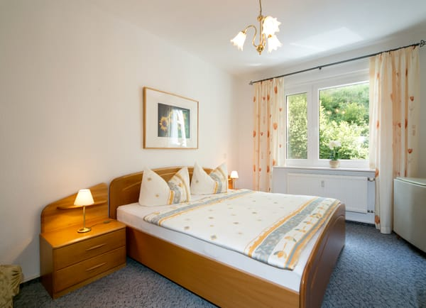 Das Schlafzimmer mit Doppelbett (180x200cm), TV (32 Zoll) und großem Kleiderschrank.