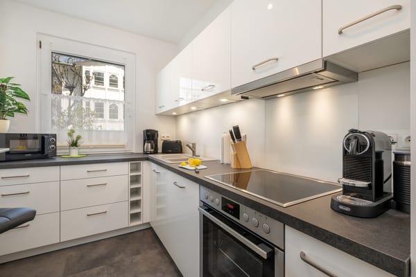 Die schicke, separate Küche ist ausgestattet mit Geschirrspüler ...