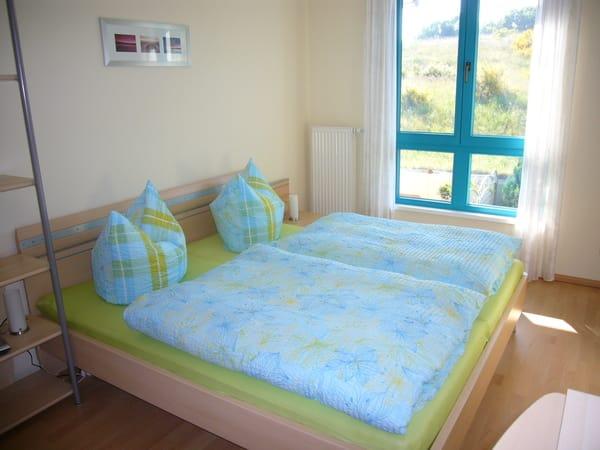 Das Schlafzimmer hat Doppelbett (180x200cm) und Kleiderschrank. Am Fenster gibt es ein Verdunkelungsrollo.