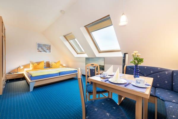 """Herzlich willkommen in der 1,5-Raum-Fewo """"Vogelnest""""! Das Doppelbett mißt komfortable 180x200cm."""