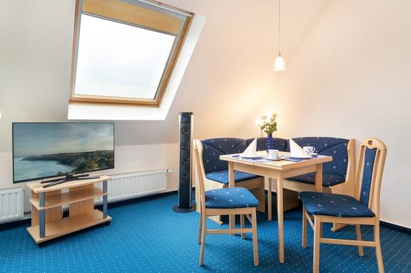 Hier die Sitz- und Eßecke im Wohn-Schlafraum. An allen Fenstern sind Verdunkelungsrollos vorhanden.