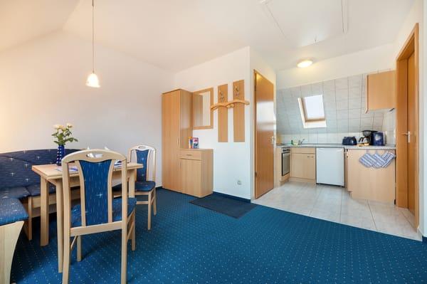 Die Küchenzeile ist mit Backofen, Cerankochfeld, Kühlschrank mit Gefrierfach, Wasserkocher, Toaster und Kaffeemaschine ausgestattet.