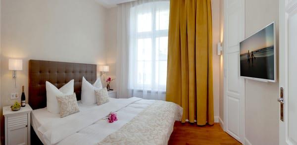 Dieses Schlafzimmer ist mit einem bequemen Boxspringbett (180x200cm) und Flat-TV ausgestattet.