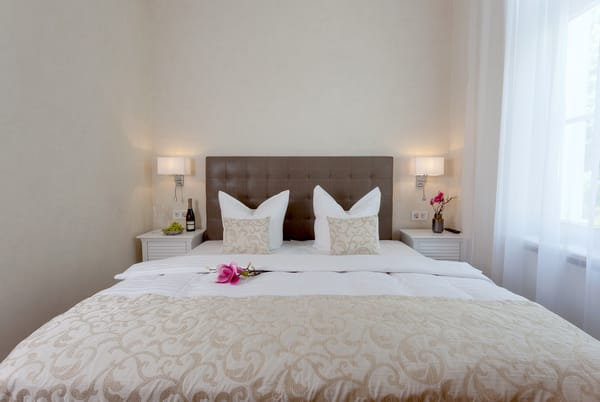 Das größere der beiden Schlafzimmer verfügt über einen begehbaren Kleiderschrank, Leselampen, Verdunklungsvorhang und einen winzigen Hauch Meerblick..