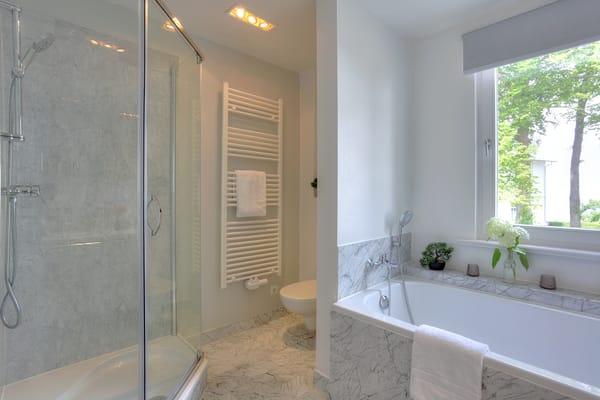 Komfortabel gestaltet erwartet Sie dort eine Dusche, Badewanne, ...