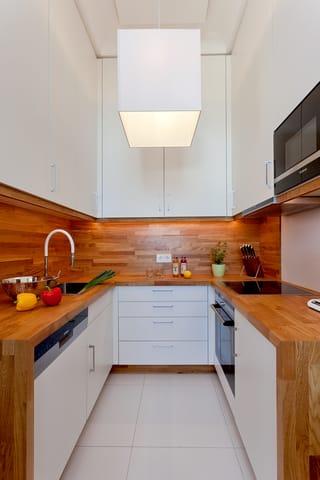 Die separate vollausgestattete Küche ergänzt die Annehmlichkeiten dieses neuen Appartements mit allen Raffinessen: