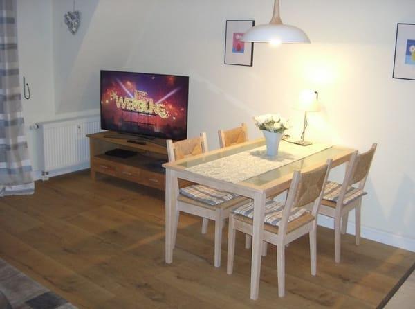 Wohnzimmer / TV / Esstisch