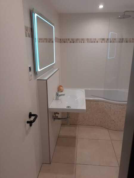Bad - großer Waschtisch, großer LED-Spiegel