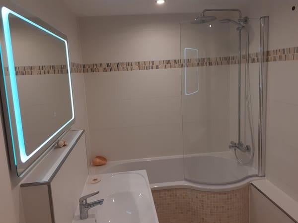 Großzügige Badewanne mit Duschbereich