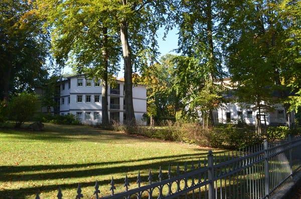 Blick von der Straße zum Ferienobjekt - großzügiger Garten, alte Villen, ein herrliches Ambiente