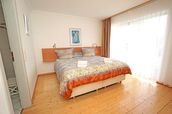 Schlafzimmer mit Doppelbett (180x200cm)