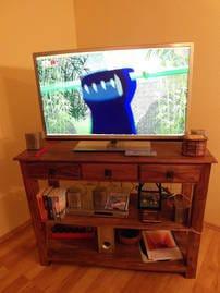 Fernsehrtisch - Massivholz, mit  grossem LED-TV