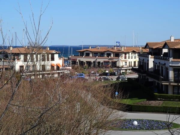 Seitlicher Blick aus dem Fenster zum Yachthafen