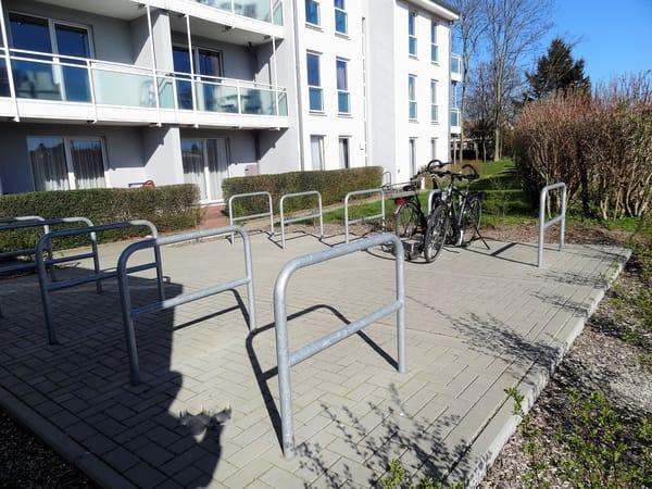 Fahrradstellplätze auf dem Gelände