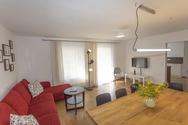 Wohnzimmer mit Couch TV und grossen Klönplatz