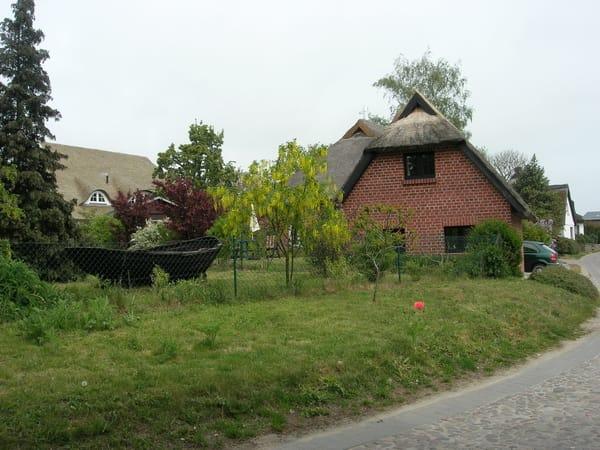 Blick auf das Ferienhaus von der Dorfstraße