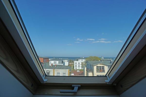 Blick aus dem Dachfenster im Schlafzimmer