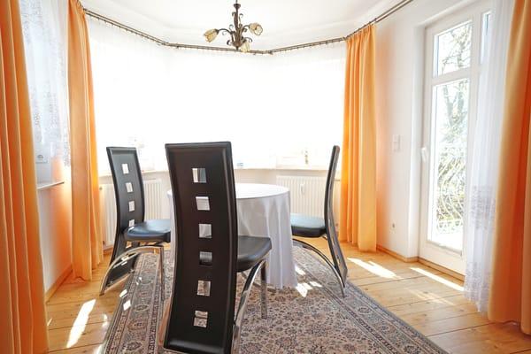 Esstisch im Wohnzimmer, Zugang zum Balkon