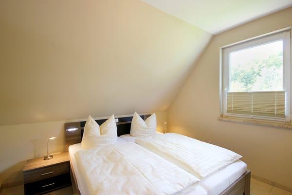 1. Schlafzimmer mit Doppelbett und Verdunklungsplisses