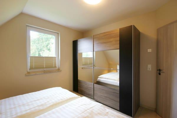 1. Schlafzimmer mit großen Kleiderschrank