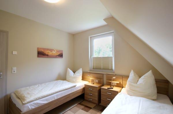 2. Schlafzimmer mit zwei Einzelbetten und Verdunklungsplissees