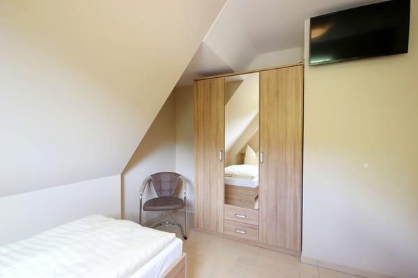 2. Schlafzimmer mit zusätzlichem TV und Kleiderschrank